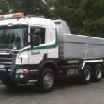 Scania P400 2010 Modell. Tandem med dumperkasse og brøyteytstyr.